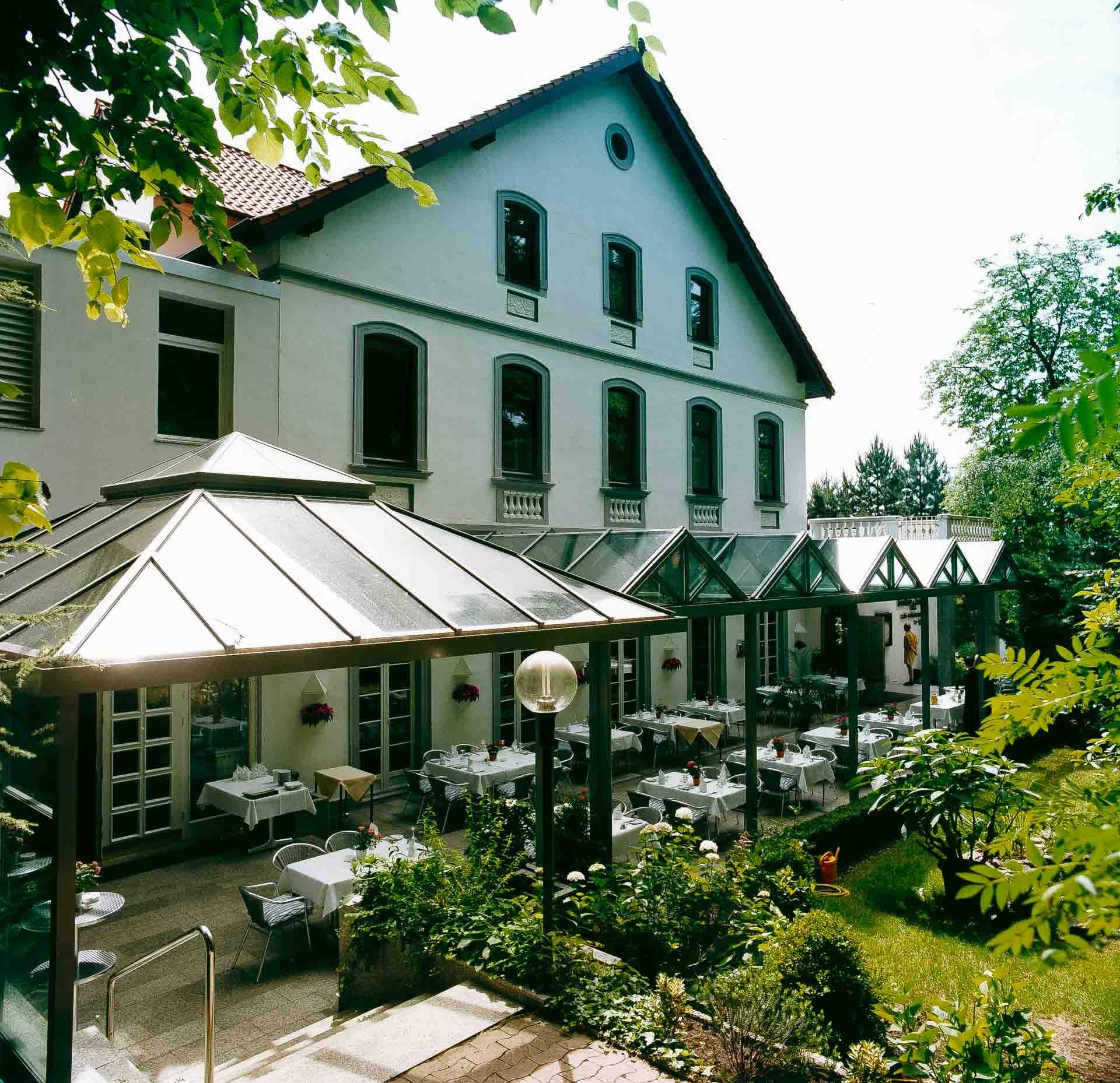 Überdachung schützt die Außengastronomie des Hotels Benther Berg in Hannover (Objekt 770)