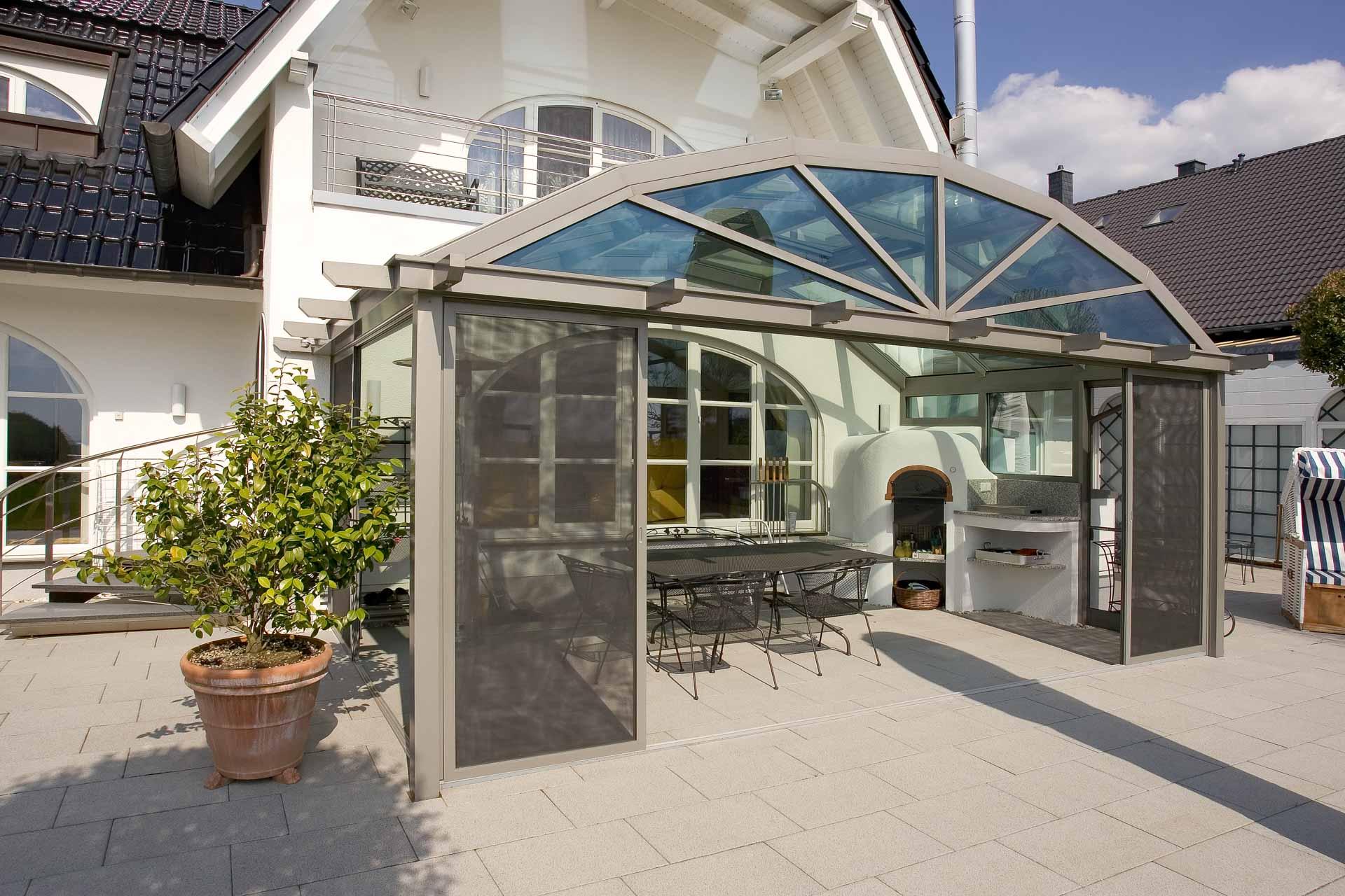Überdachung mit Segmentbogendach in Kürten (Objekt 973). Das Segmentbogendach, harmonisch angelehnt an die Architektur des Hauses.