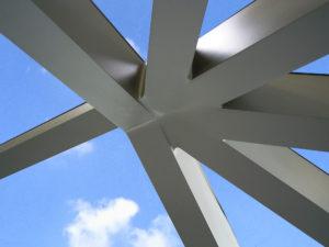 """Knoopformatie """"alsof ze uit één stuk bestaat"""". De aluminium lastechniek garandeert de symbiose van stabiliteit en een filigraan uiterlijk."""