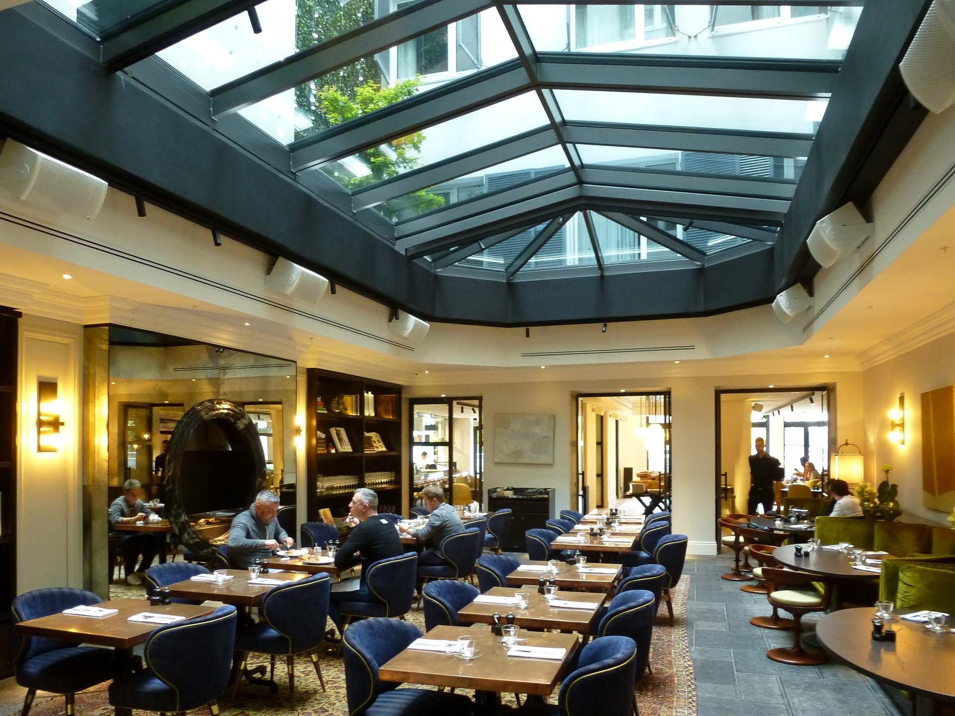 Cabrio Glasschiebedach in Hamburg (Objekt 1146). Cabrio Glasschiebedach in Hamburg schützt die Gäste des Sir Nicolai Hotels
