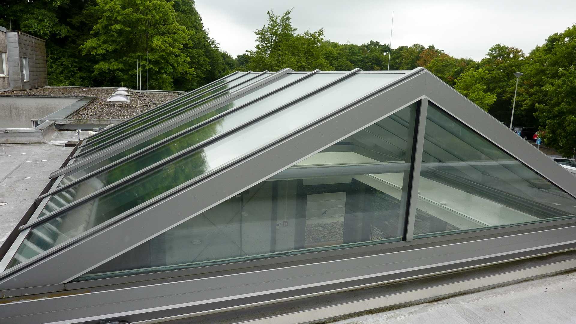 Cabrio Glasschiebedach am Kreiskrankenhaus in Waldbröhl. Cabrio Glasschiebedach am Kreiskrankenhaus in Waldbröhl hat eine Größe von 530 x 530 x 145 cm (BxTxH) und wurde als Stulpanlage realisiert