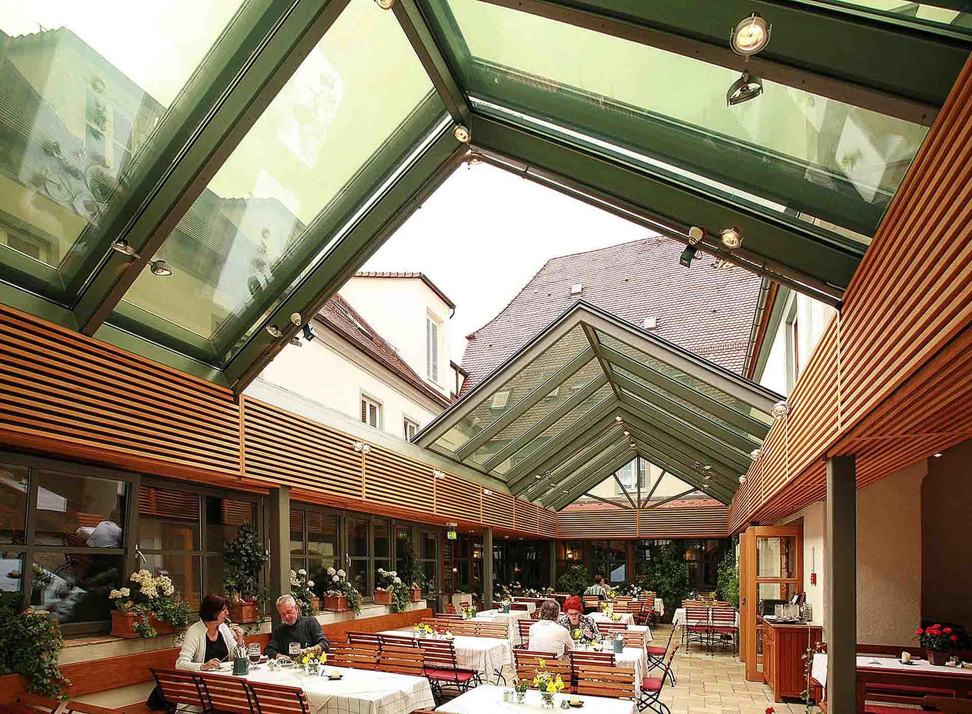 """Cabrio-Schiebedach für Gastraum in Lengenfeld (Objekt 992). Bei schönem Wetter schiebt der E-Antrieb das Cabrio-Glasdach einfach zur Seite und die Gäste sitzen im """"Freien"""" - Schiebedach geöffnet"""