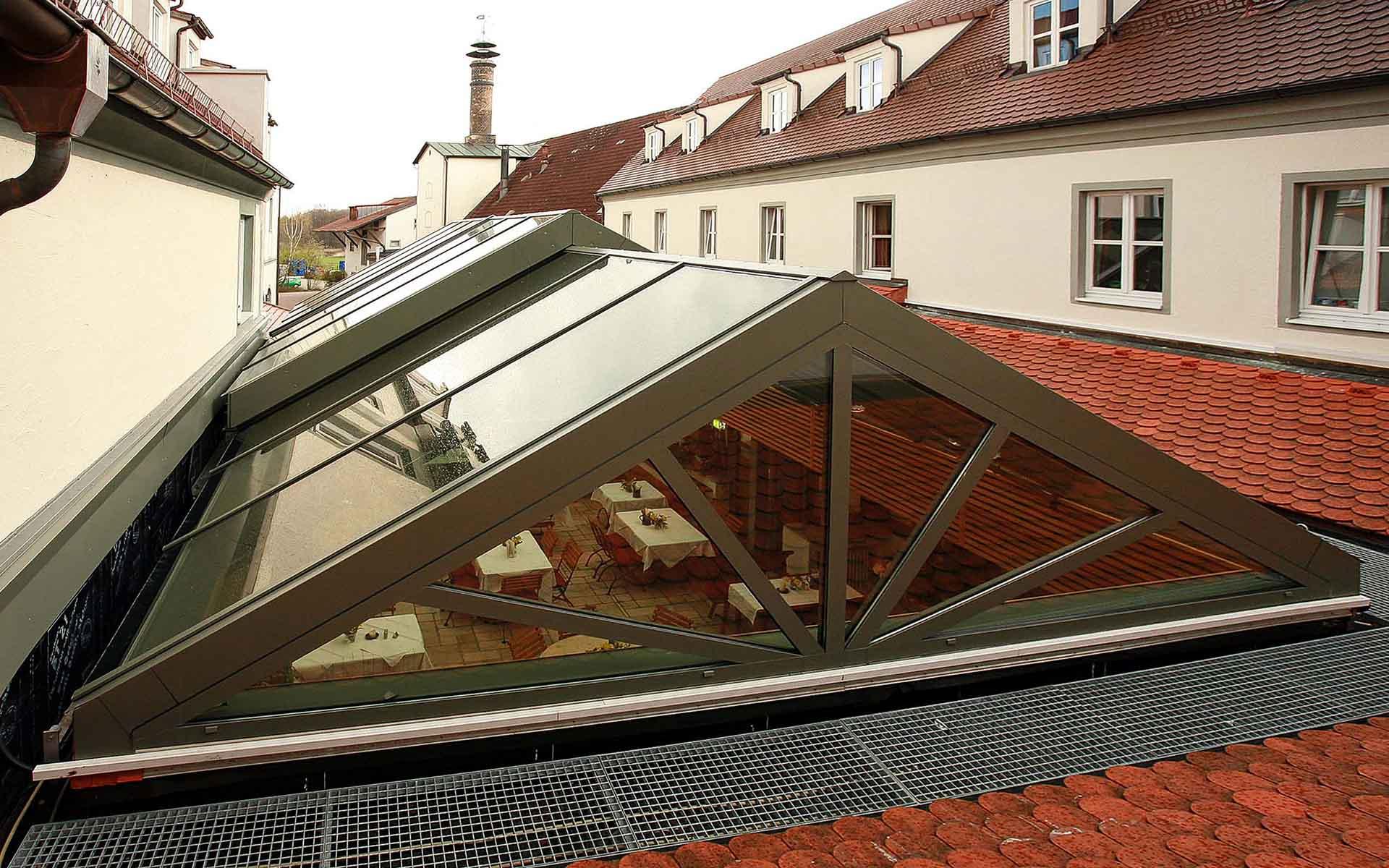 """Cabrio-Schiebedach für Gastraum in Lengenfeld (Objekt 992). Bei schönem Wetter schiebt der E-Antrieb das Cabrio-Glasdach einfach zur Seite und die Gäste sitzen im """"Freien"""""""