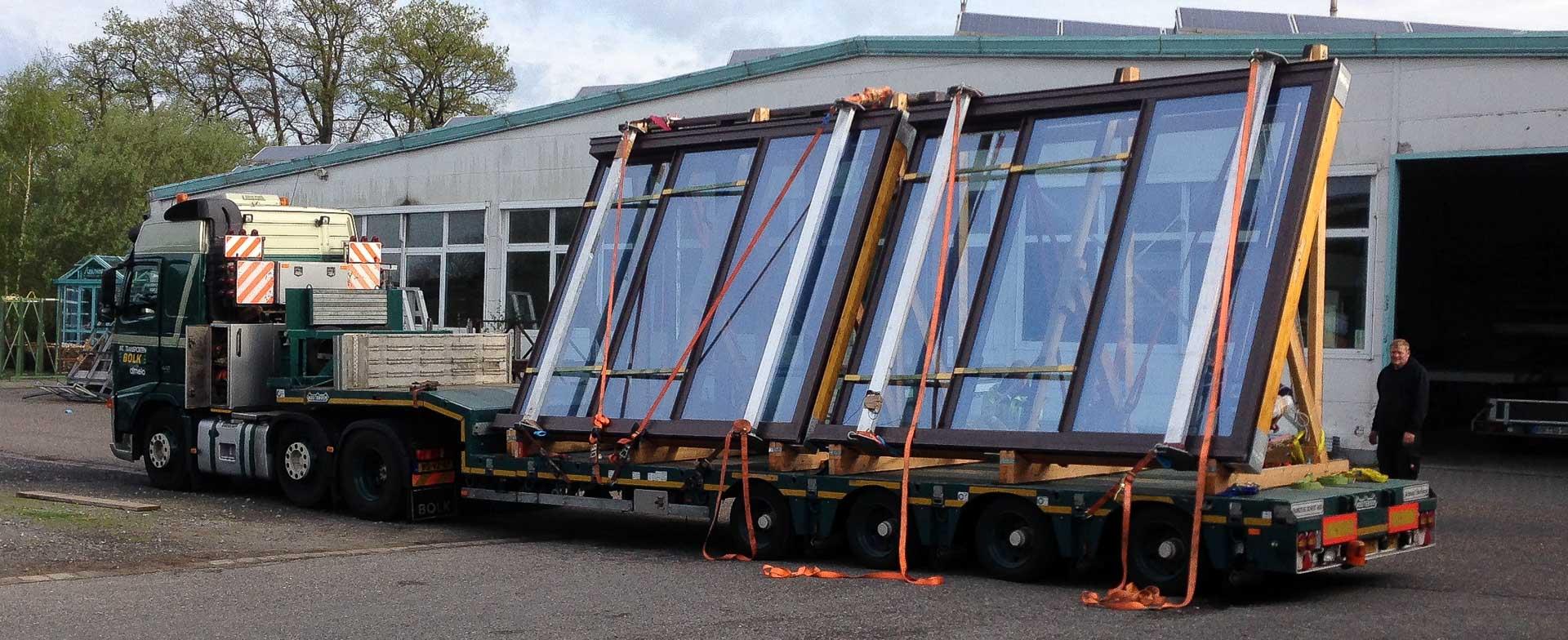 OpenAir Dachschiebefenster und Lichtdach in Berlin (Objekt 1126). Mit einem Tieflader werden die beiden OpenAir-Dachschiebefenster nach Berlin transportiert.