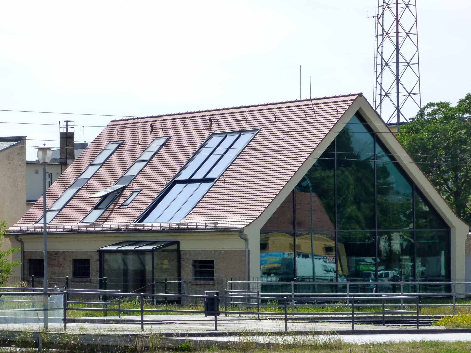 2-teiliges OpenAir Dachschiebefenster in Potsdam (Objekt 1127). Auf beiden Seiten des Satteldaches wurden OpenAir Dachschiebefenster - 350 cm breit und 680 cm hoch - integirert und fluten so das Dachgeschoß mt Licht.