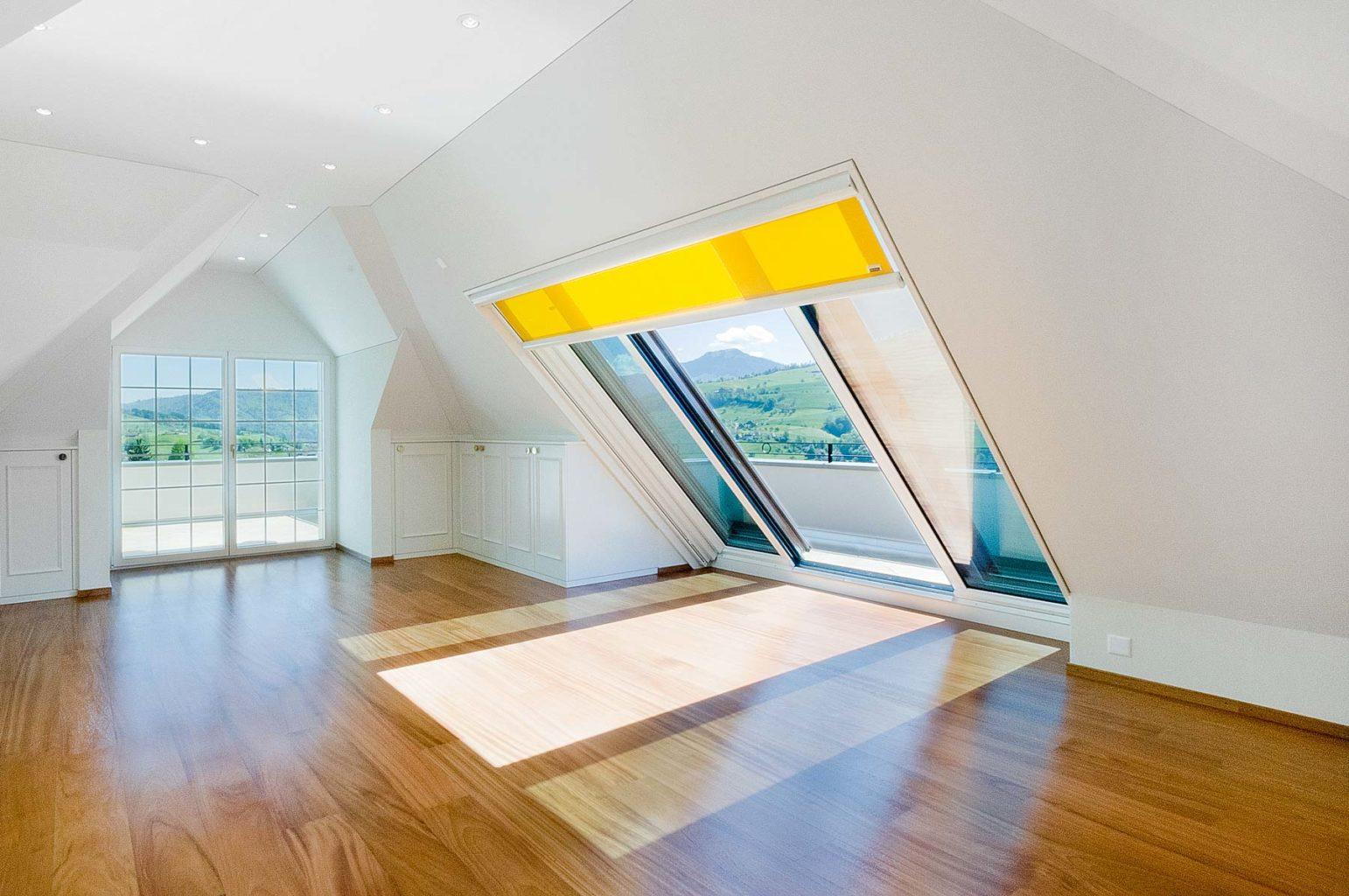 Dachfenster Panorama in Küssnacht in der Schweiz (Objekt 1111). Panorama Dachschiebefenster lassen viel Sonnenlicht in den Raum, ermöglichen den Blick auf die Umgebung und sorgen so für eine außergewöhnliche Atmosphäre. Innenliegende Rollos bieten Schutz vor blendenden Sonnenstrahlen und können auf die Größe des Fensters angepasst werden.