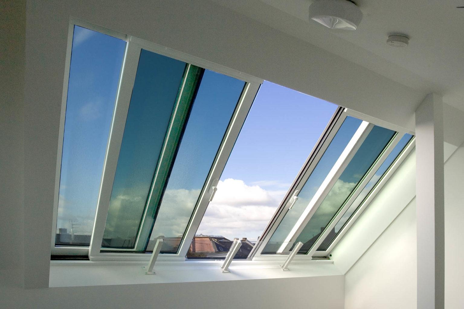 Panorama Dachfenster in Heusenstamm (Objekt 984). Das Panoramafenster AL ist mit zwei und vier Fensterflügeln erhältlich. Bei der großen Variante werden die zwei mittleren  Glaselemente unter die äußeren, fest montierten Flügel geschoben.