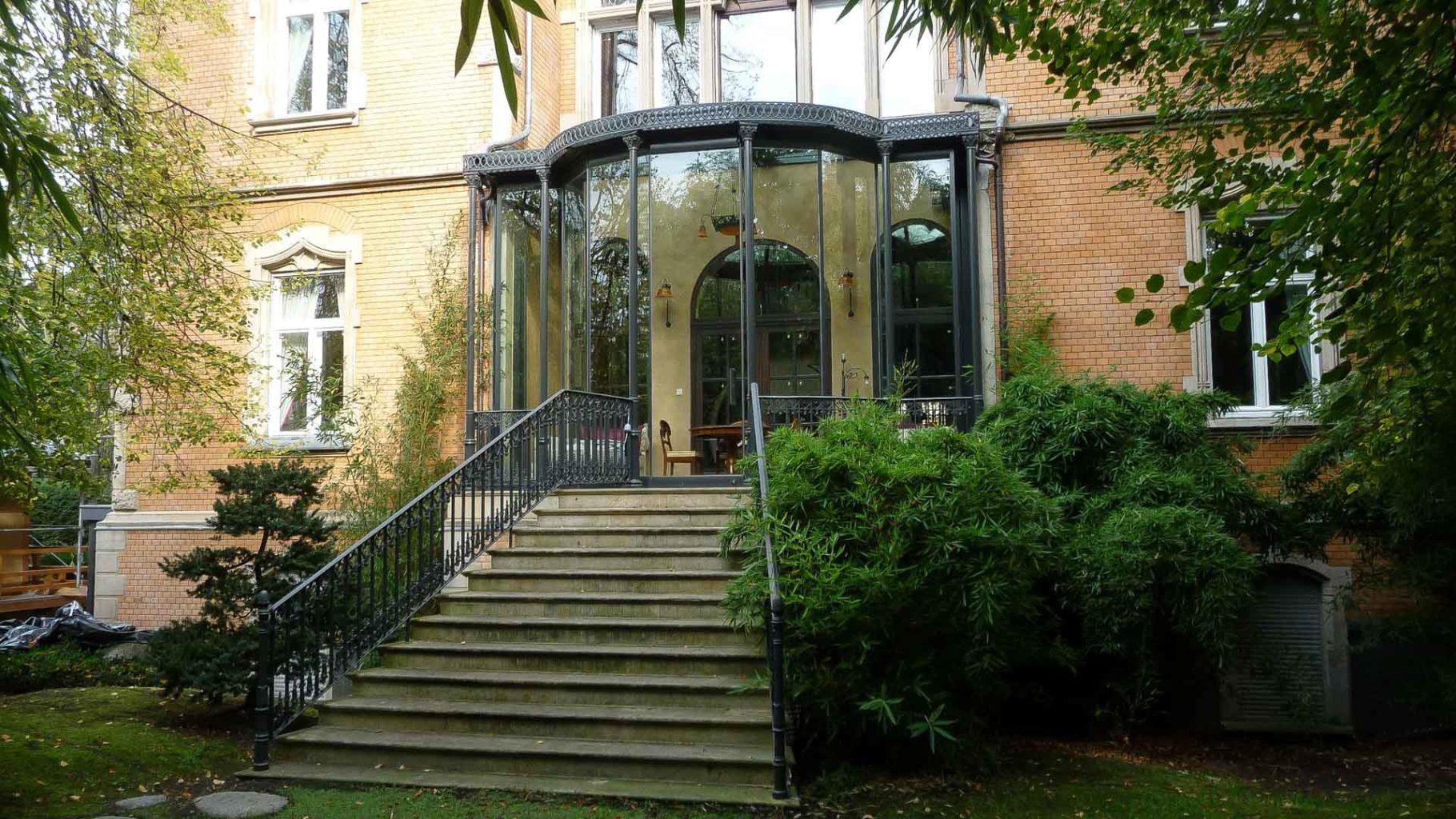 Vikorianischer Wintergarten in Wiesbaden (Objekt 1079). Moderne, raumhohe Glasfalttüren im historischen Wintergarten