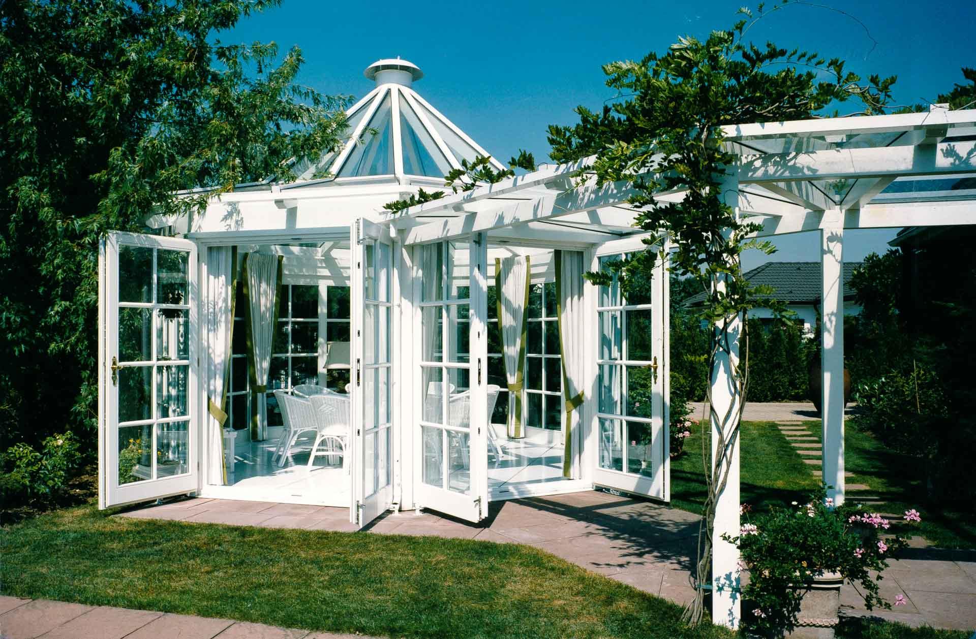 Wintergarten in Köln (Objekt 121). Beheizter Wohn-Glaspavillon mit überdachtem Laubengang zum Wohnhaus