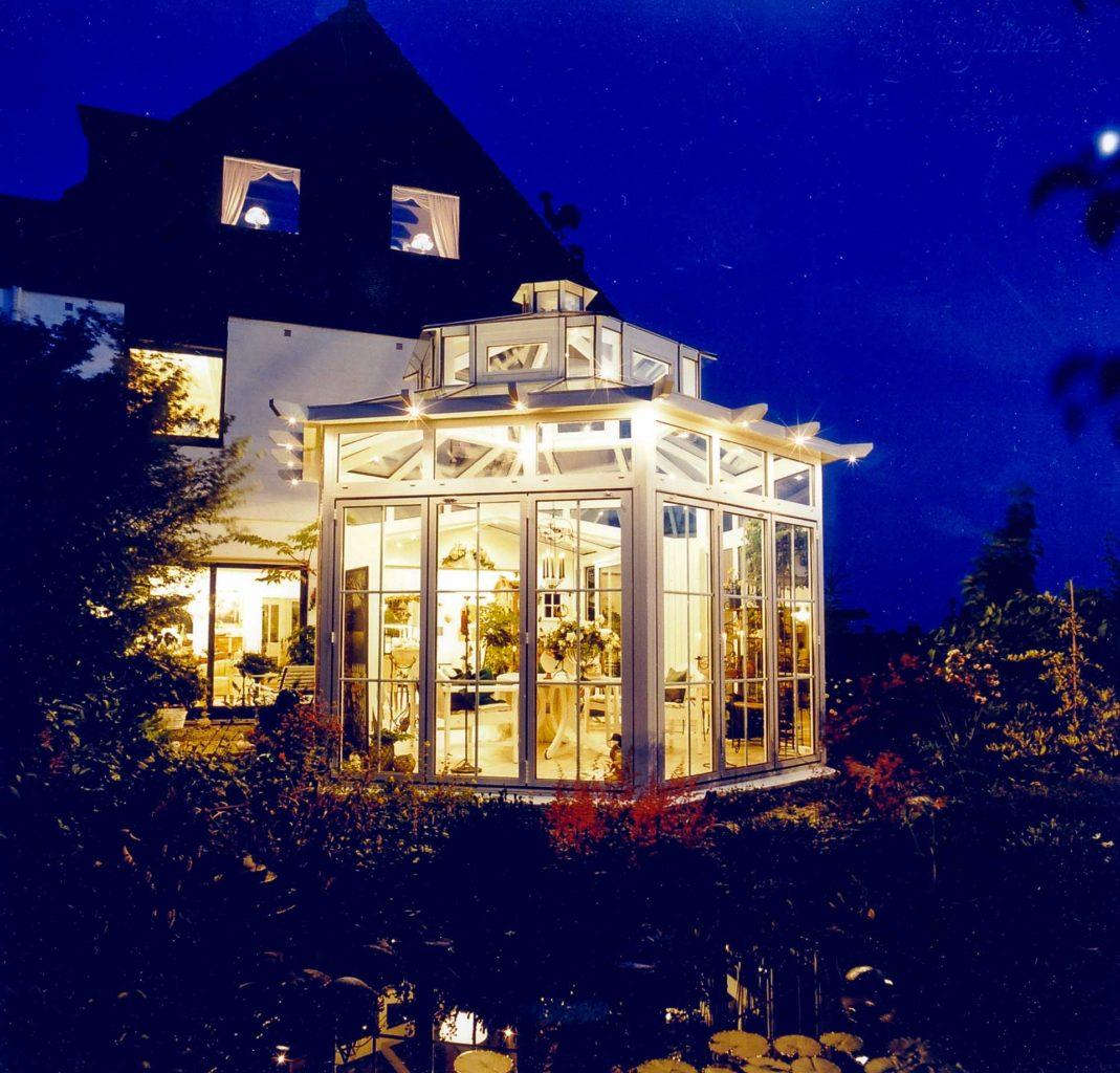 Pagodendach-Wintergarten in Solingen (Objekt 666). Pavillon mit Pagodendach, Dachlaterne und Außenbeleuchtung in Sparrenzierköften