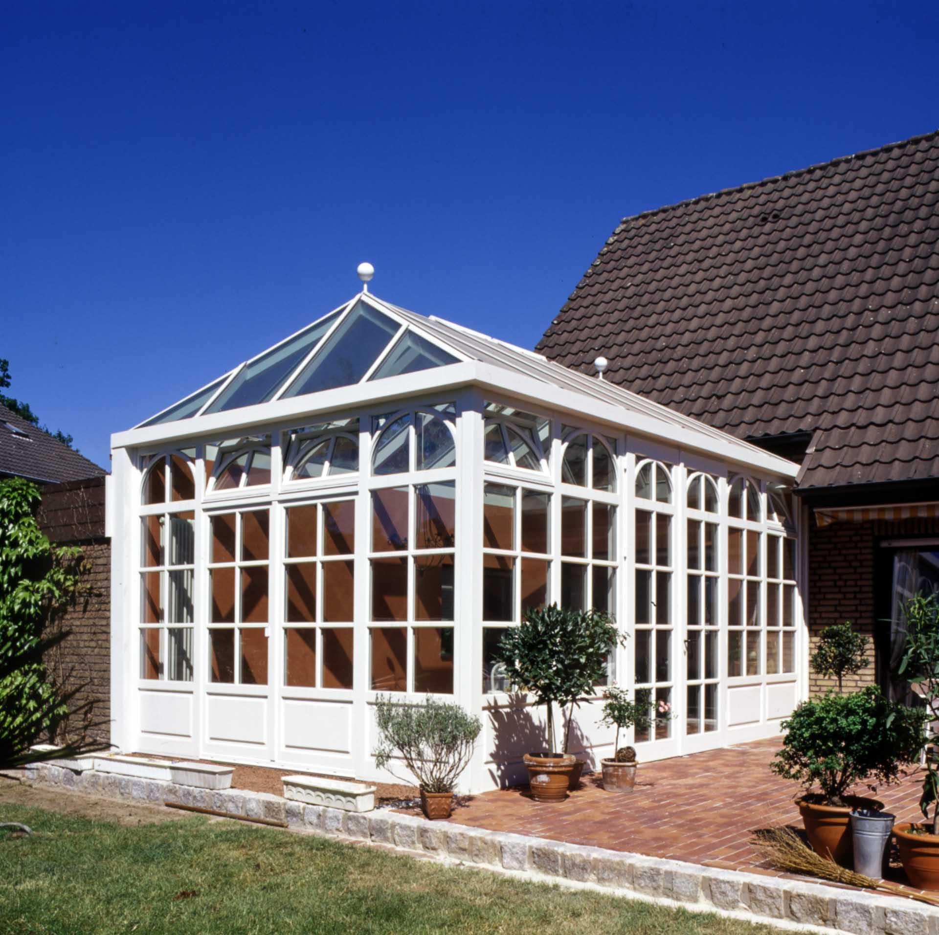 DecoArt Wintergarten in Rosendahl (Objekt 763). Sprossenfenster und Walmdach betonen den ländlichen Charakter