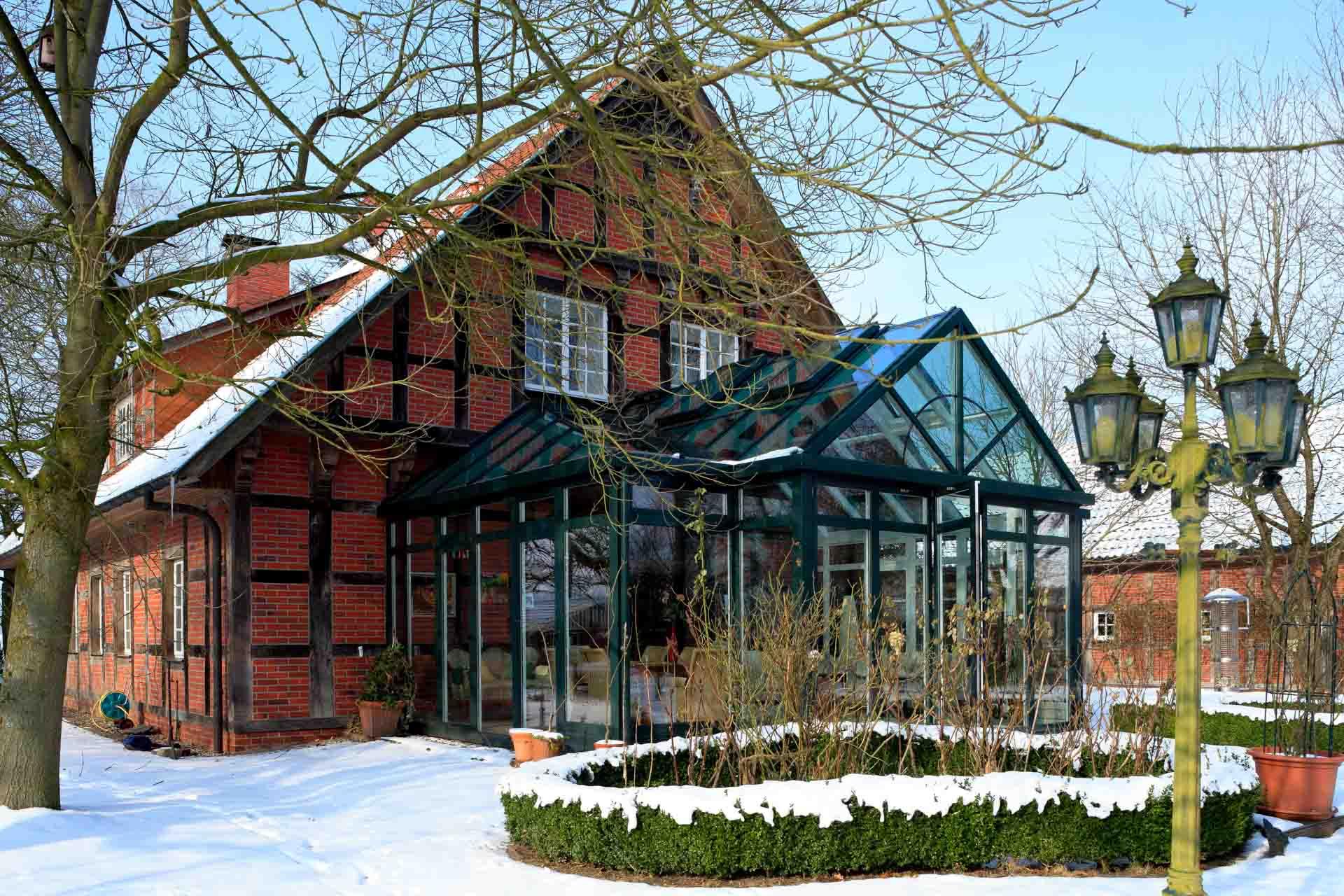DecoArt Wintergarten in Nortrup (Objekt 827). Dieser Wintergarten in Nortrup (Objekt 827) besitzt ein Pultdach mit beidseitigem Walm und eingeschifftem Satteldach