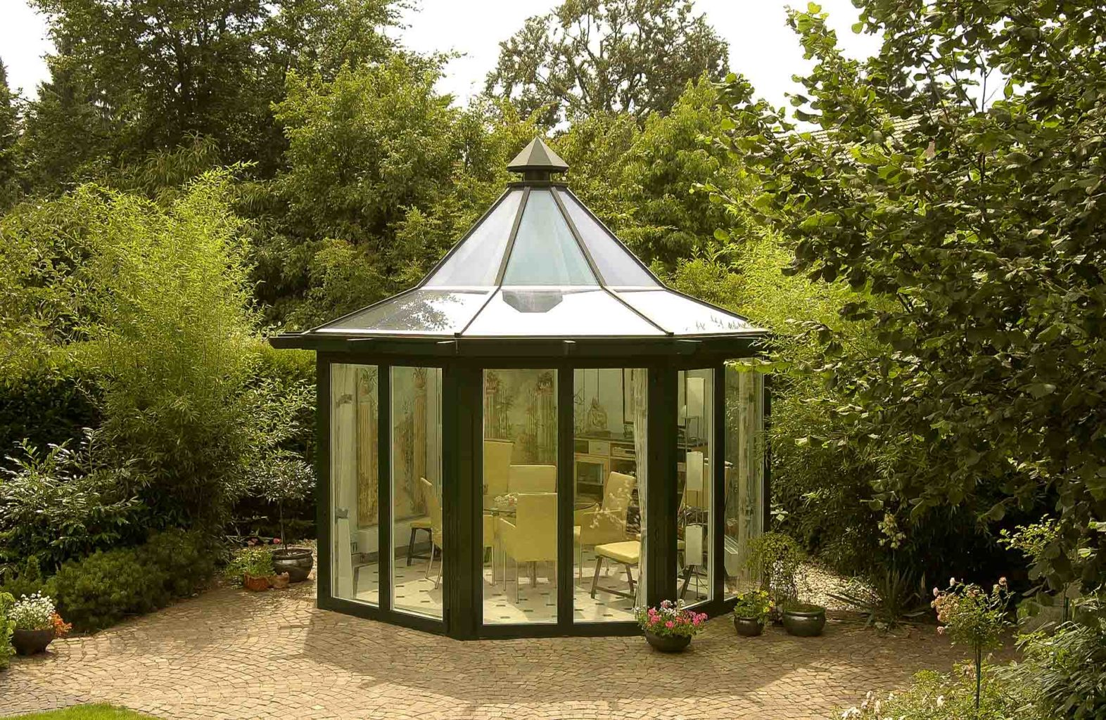 Glas-Pavillon in Bocholt (Objekt 854). Filigranes Pagodendach mit integrierter Beleuchtung. Beheizter, ganzjährig nutzbarer Glas-Gartenpavillon