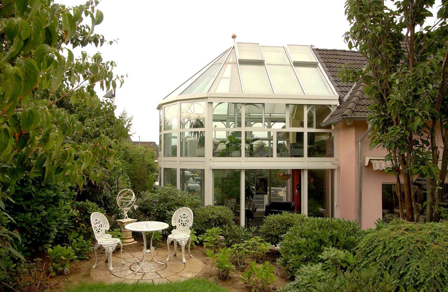 Wintergarten in Beselich (Objekt 906). Im Obergeschoss die Freizeit geniessen im gläsernen Wohnzimmer - Im Untergeschoss entspannt Arbeiten im lichdurchfluteten Friseursalon