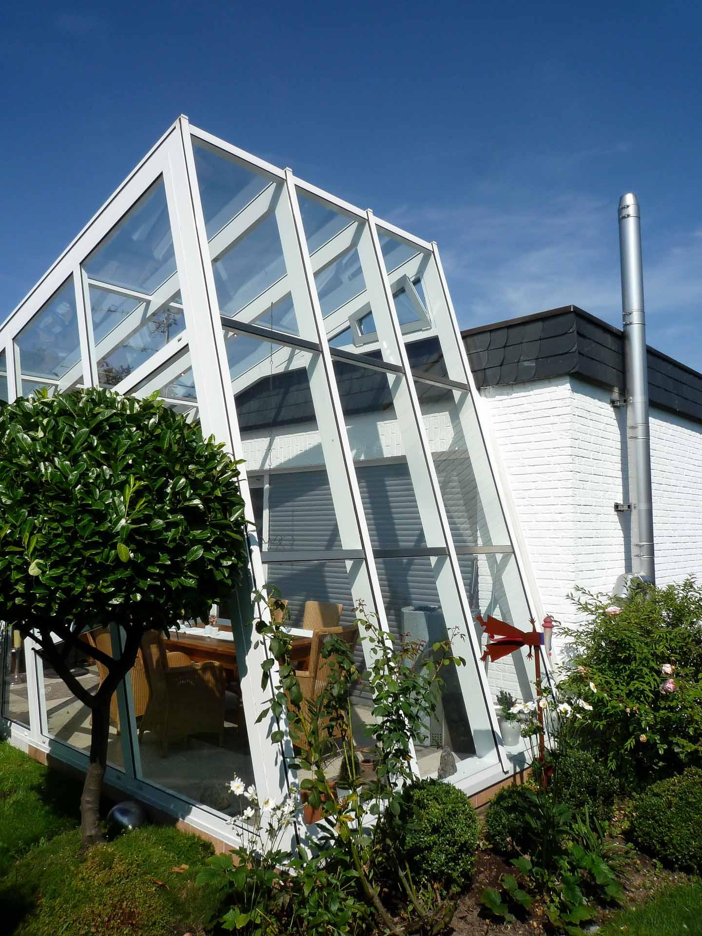 FineArt Wintergarten in Kaarst (Objekt 1093). Aluminium ist ein leichter Werkstoff. Durch eine spezielle Schweißtechnik wird er besonders stabil. Ausgefallene Konstruktionen lassen sich somit problemlos realisieren.