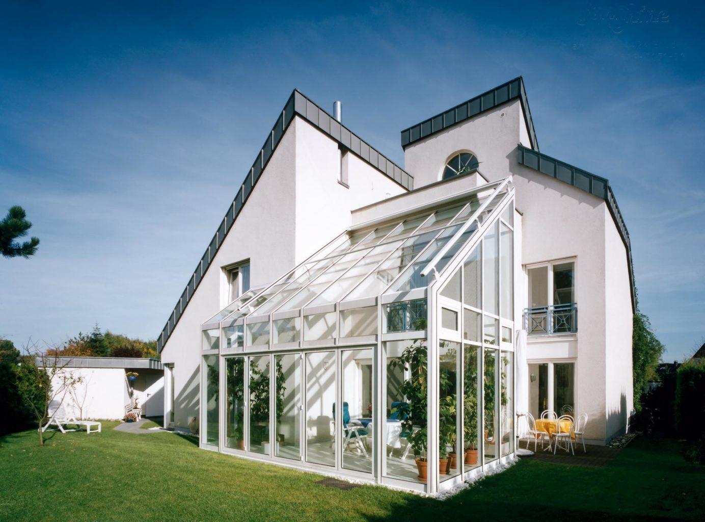 Wintergarten in Bergisch Gladbach (Objekt 609). Wohnwintergarten 2-geschossig mit Balkon, Kipp-Lüftungsfenstern, Dachflächen-Außenmarkise und 5-teiliger Faltschiebetüranlage