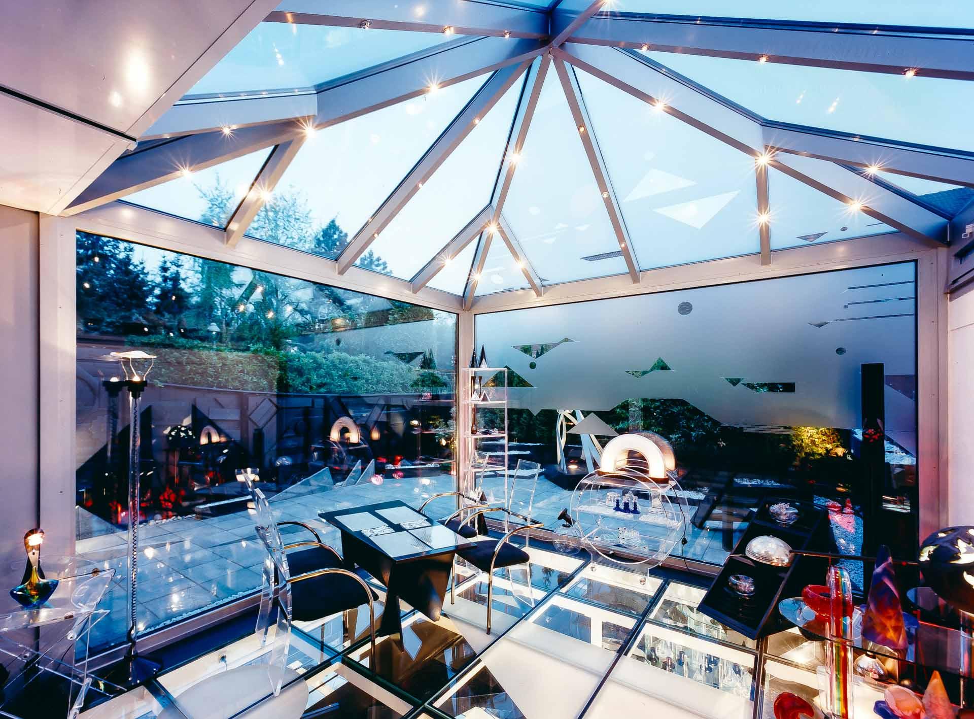 Wintergarten mit begehbarem Glasboden in Düsseldorf (Objekt 658. Ungewöhnliche Effekte durch riesige Glasflächen und dem exklusiven Glasboden über dem Untergeschoss