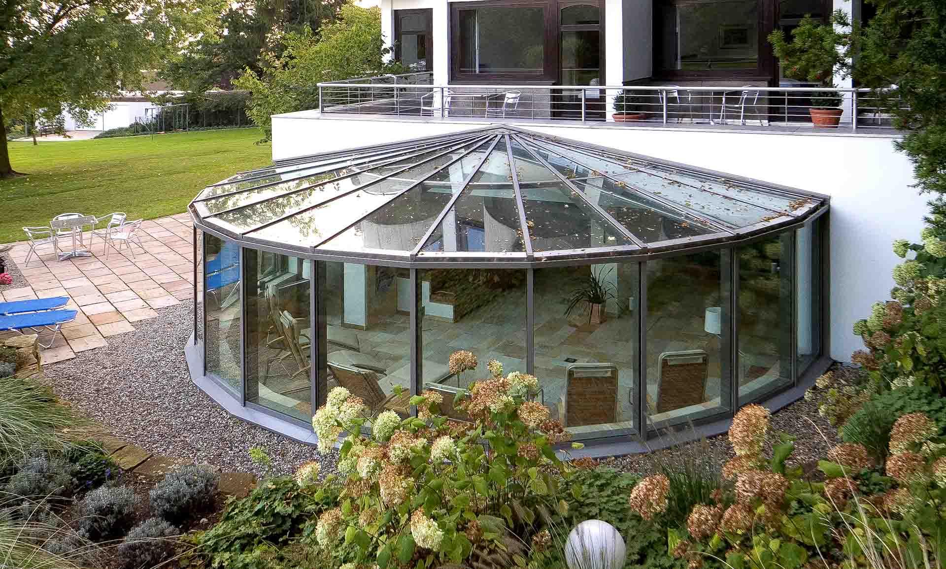 Wintergarten schützt Wellnessoase des Hotels Benther Berg in Hannover.