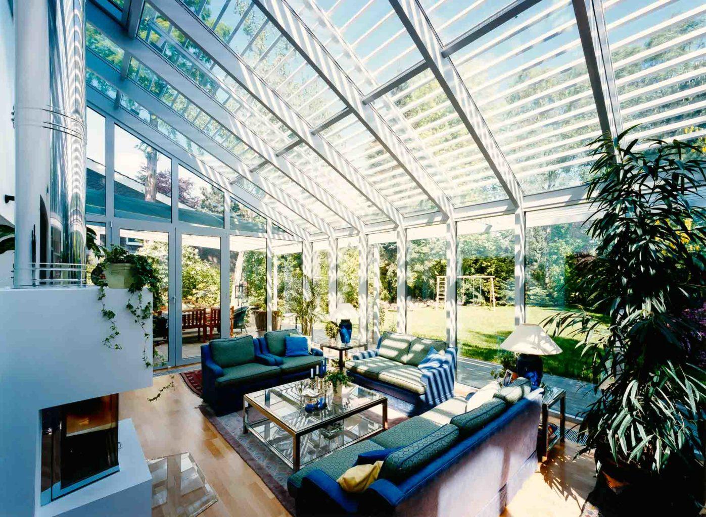 FineArt Wintergarten in Dortmund (Objekt 806). Wohnwintergärten sind als vollwertige Räume nutzbar. Glasscheiben geben den Blick frei auf Garten und Himmel. Eine außenliegende Aluminium-Jalousie spendet bei Bedarf Schatten.
