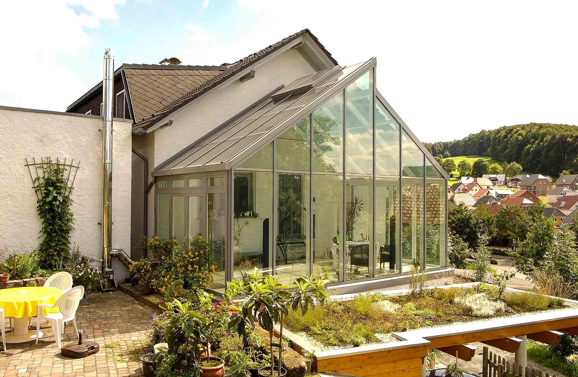 FineArt Wintergarten in Bad Driburg (Objekt 869). Hervorragend angepasst und dennoch eigenwillig - das moderne Glas-Sheddach