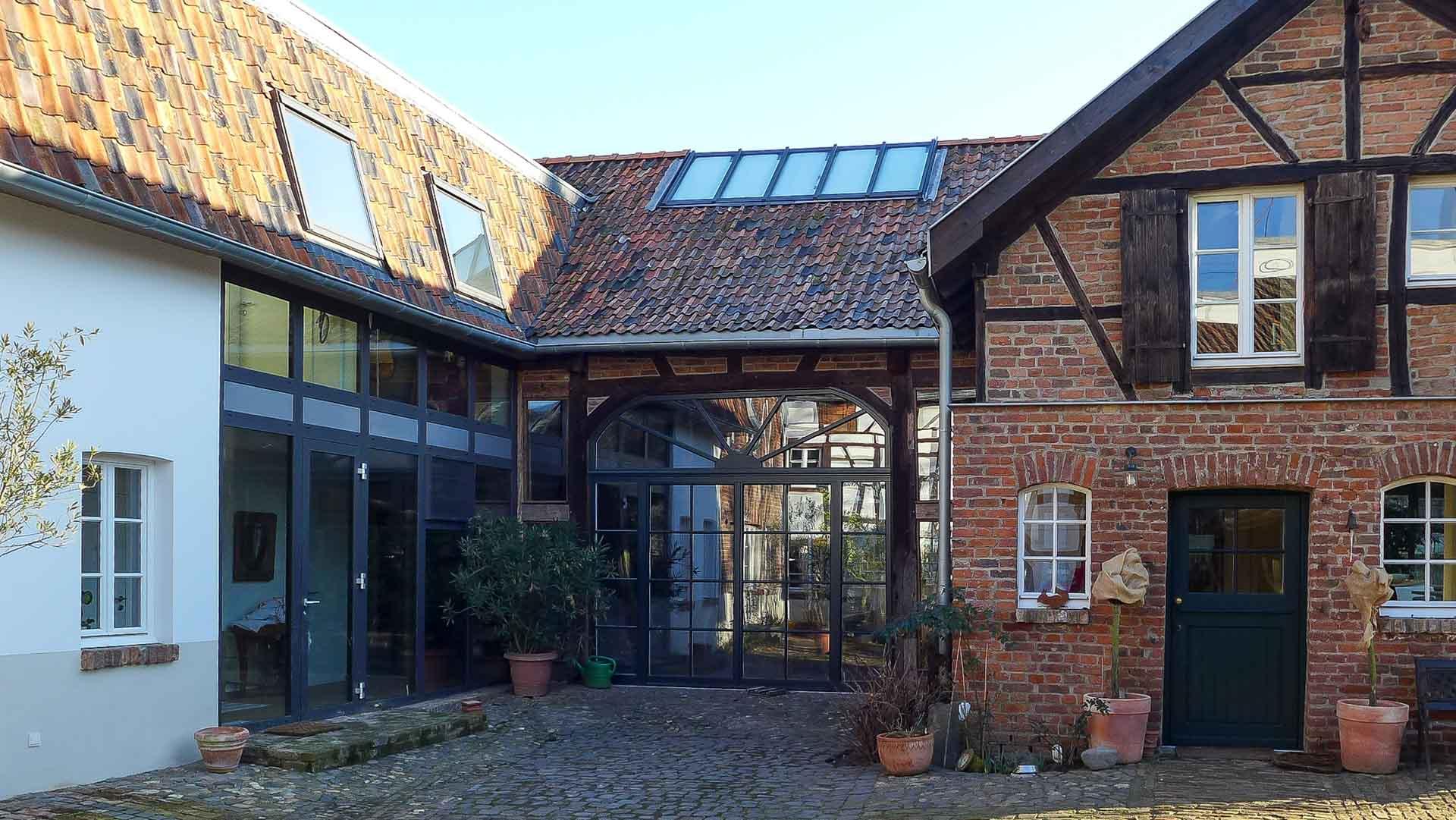 Lichtdach in Bonn (Objekt 1167). Das Lichtdach, die Glasfassaden und die Dachfenster sorgen für Lichtdurchflutung in dem historischen Gebäude.
