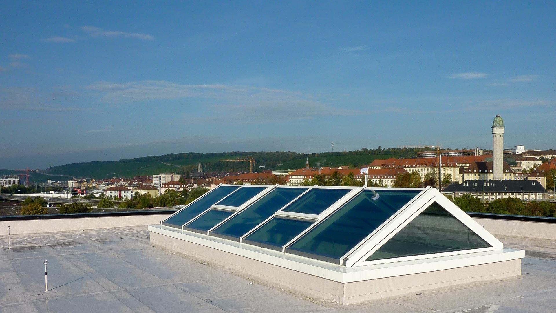 Lichtdach in Würzburg (Objekt 1180). Lichtdach mit Satteldachform - 750 x 300 cm