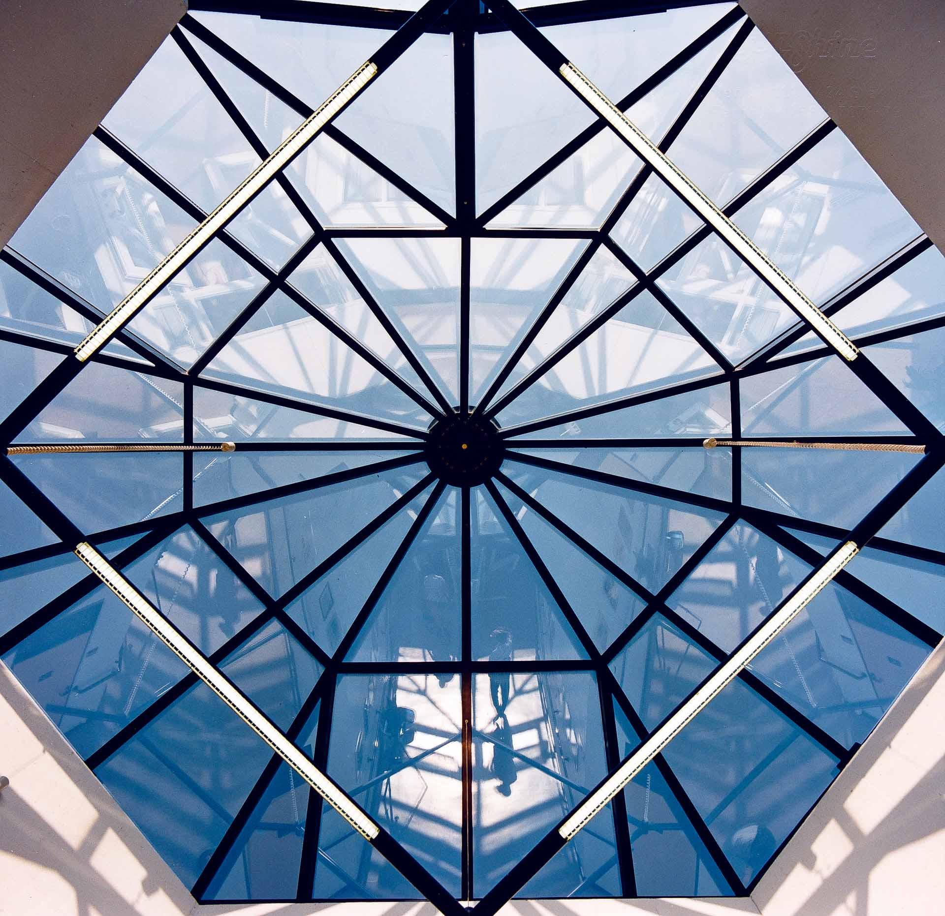 Lichtdach in Bedburg Hau (Objekt 310). Lichtdach in ungewöhnlicher Raupenform aus Aluminium-Schweißtechnik