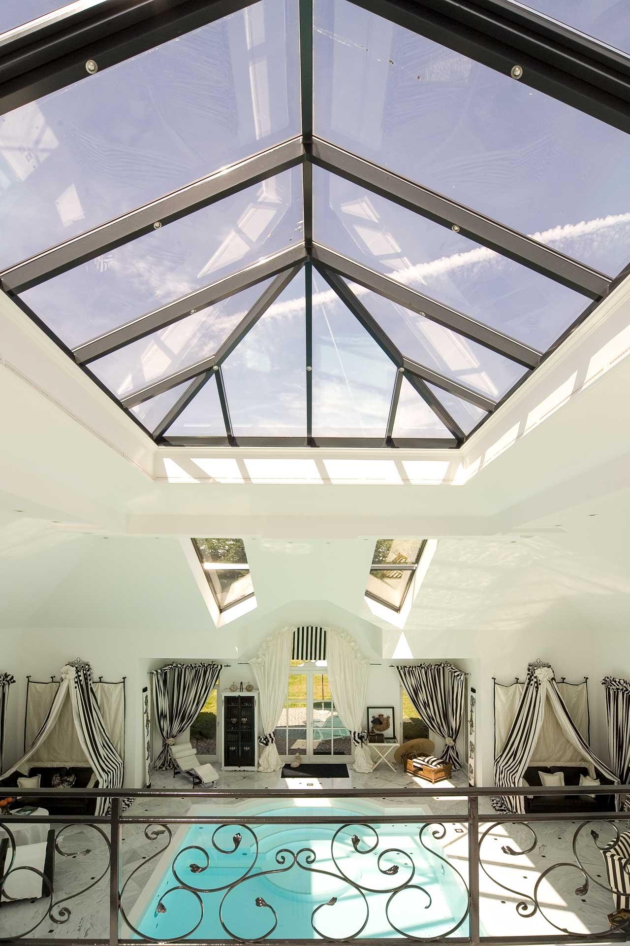 Schwimmbad-Lichtdach in Köln (Objekt 974). Die Freizeit und Wellness-Oase belichtet durch Dachfenster und Glas-Walmdach in Sunshine Lichtdach-Technik