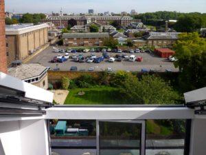 4-teiliges OpenAir Dachschiebefenster in London (Objekt 1069). Innenansicht - Dachfenster und Gehflügel der Faltanlage sind geöffnet