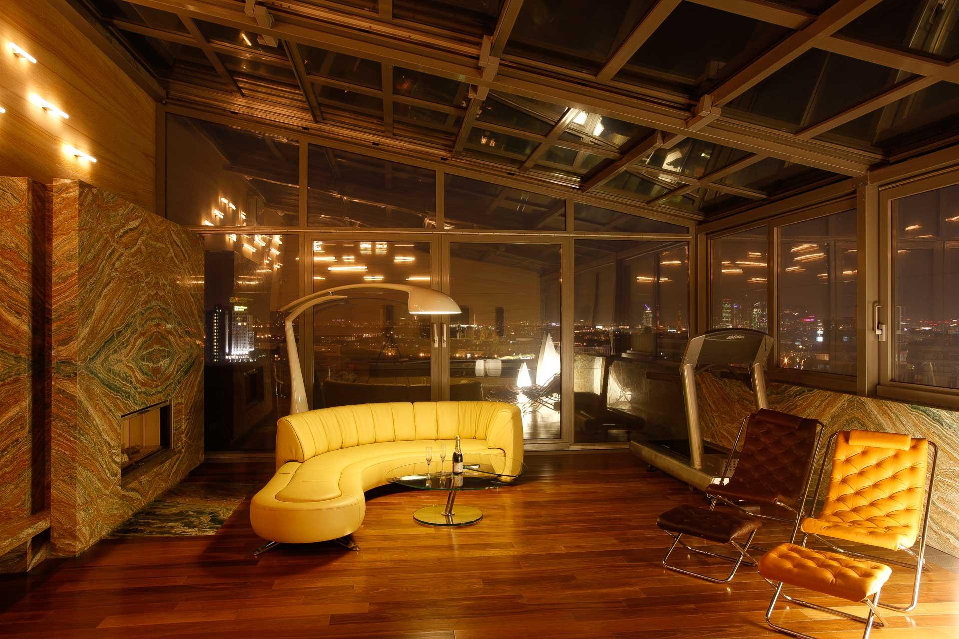OpenAir-Schiebedach 4 teilig in Wintergarten in Moskau (Objekt 1. Wohn-Wintergarten mit 4-teiligem OpenAir-Schiebedach und elektrochmen Gläsern zur Steuerung von Durchsicht und Sonnenschutz auf der Dachterrasse eines Moskauer Hochhauses