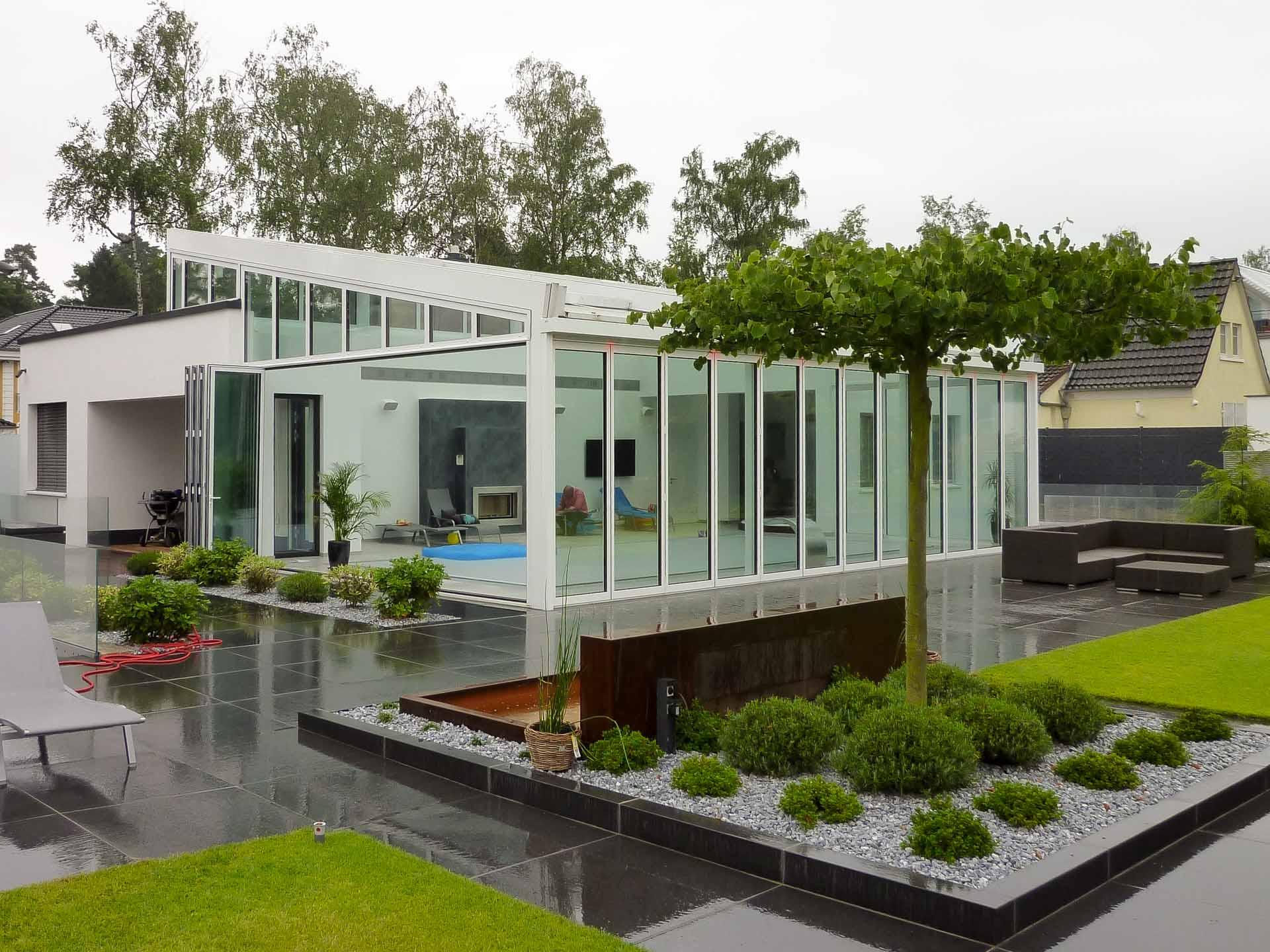 Wintergarten mit OpenAir-Schiebedach in Köln (Objekt 1166). Poolhaus mit öffnenbarem OpenAir-Glas-Schiebedach und umseitigen Schiebefaltanlagen. Die Grundfläche ist 12 m x 10 m.