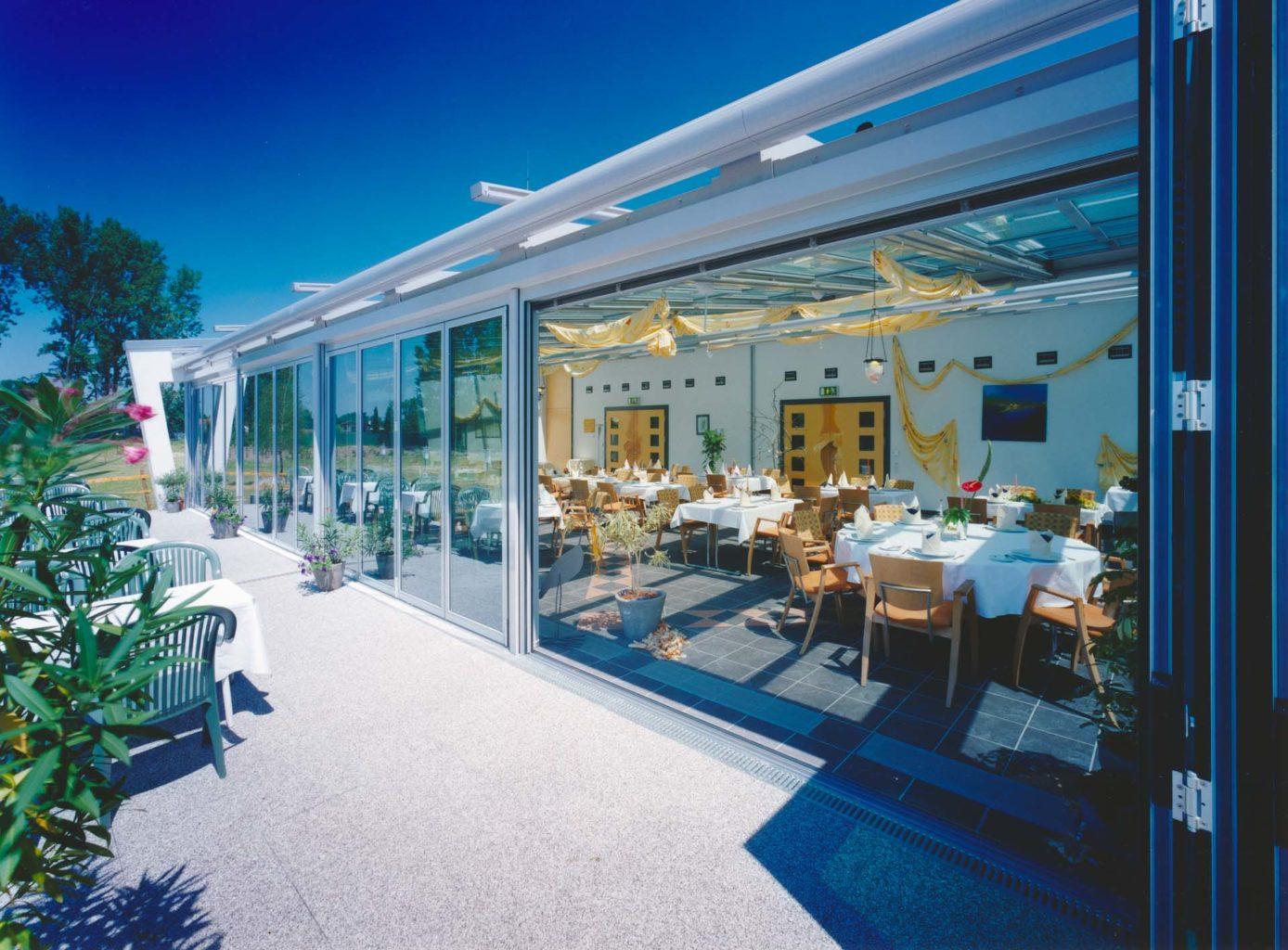 4 teiliges OpenAir-Schiebedach in Wintergartendach (Objekt 788). Zusätzlicher Gastraum durch Wintergarten mit vollautomatischem OpenAir Schiebedach in der beeindruckenden Größe von 32 m Breite und 9,5 m Tiefe