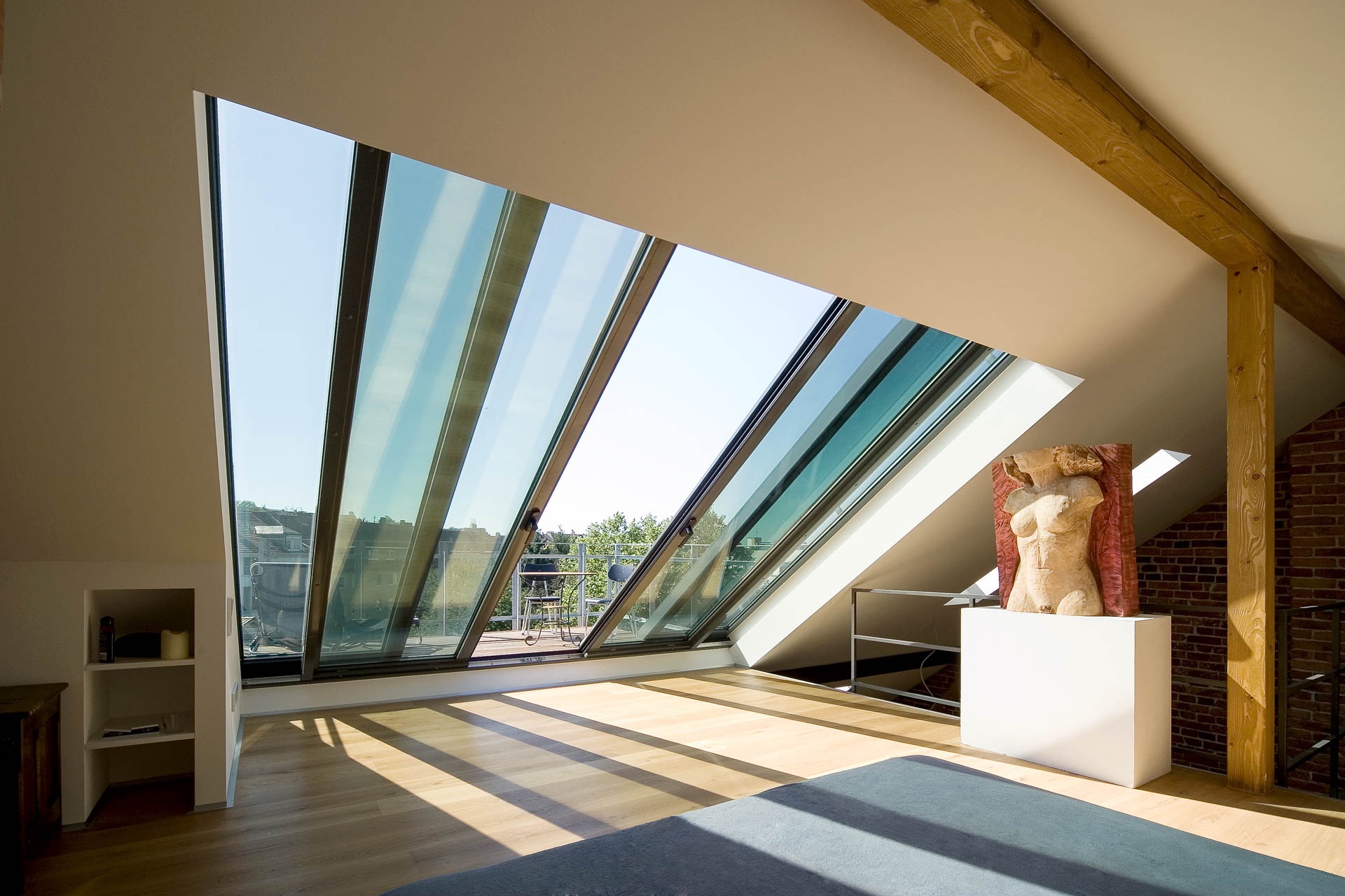 Panorama roof sliding window in Darmstadt (Object 983). Light, air and a stimulating working atmosphere in Darmstadt's artists' studio through a 4-part panorama AL roof sliding window (370 cm x 350 cm).