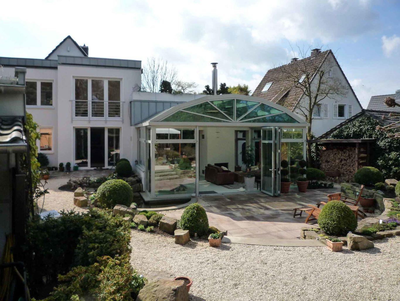 Wintergarten in Mühlheim (Objekt 1056). Reizvoller Kontrast der verschiedenen Dachgeometrien