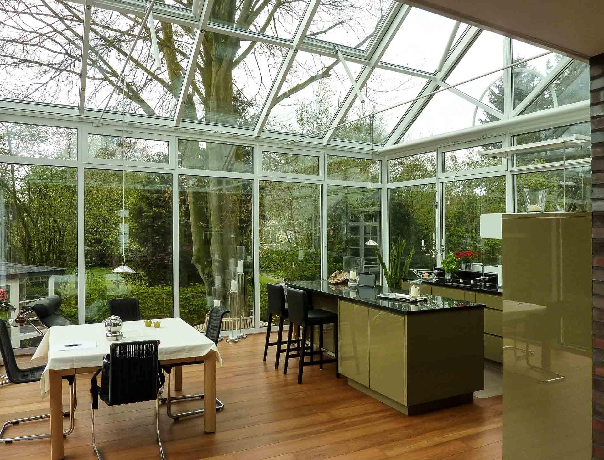 SunArt Wintergarten in Coesfeld (Objekt 1104). Wohnwintergarten mit integrierter Küche - Sonnenschutzglas und Dachlüftungsfenster dienen der sommerlichen Klimaregulierung