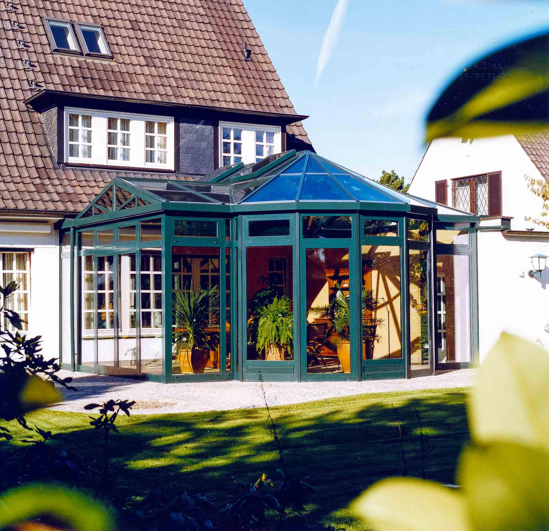 Wintergarten in Düsseldorf (Objekt 607). Interessante Dachkonstruktion - Kreuzdach mit Apsis und Sonnenschutzverglasung