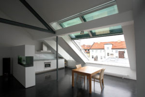 OpenAir roof sliding window in Munich (Object 1020). Why not put the kitchen under the sloping ceiling? An open room concept offers enough space for comfortable cooking. Thanks to large windows, a lot of light falls into the room and the moisture generated during cooking can be quickly and easily ventilated.