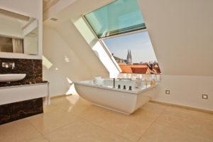 OpenAir Dachschiebefenster in Regensburg (Objekt 1100). Ein Badezimmer lässt sich hervorragend unter schrägen Dachflächen realisieren. Attraktive Einrichtungskonzepte und großzügige Fensterflächen ermöglichen einladende Wellnesslandschaften.