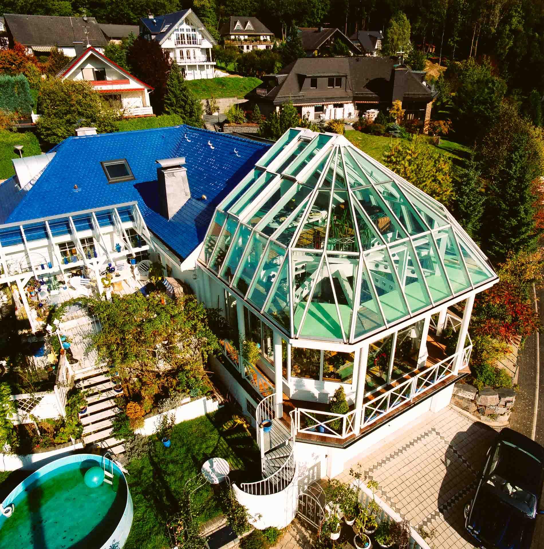 2 geschossiger Wintergarten in Engelskirchen (Objekt 717). Eindrucksvoll sind die Anbauten auf zwei Ebenen, die einen Teil des täglichen Lebens beherbergen. So wird die nutzbare Hausfläche deutlich erweitert.