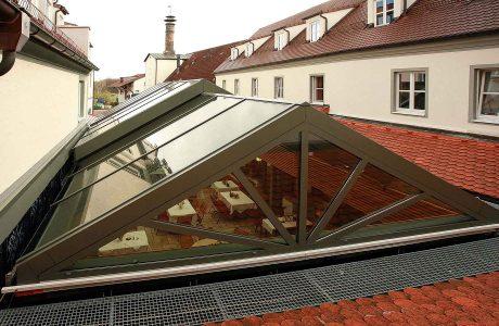 Cabrio-Schiebedach für Gastraum in Lengenfeld (Objekt 992). Bei schönem Wetter schiebt der E-Antrieb das Cabrio-Glasdach einfach zur Seite und die Gäste sitzen im