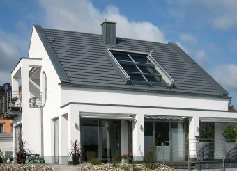 3-teiliges OpenAir Dachfenster am Möhnesee (Objekt 1078). Schiebefenster von Sunshine besitzen atemberaubende Dimensionen von bis zu zwölf Meter Breite und vier Meter Höhe. Sie erzeugen eine exklusive Open-Air-Atmosphäre, lassen Tageslicht sowie Frischluft ins Dachgeschoss und geben eine maximale Aussicht nach draußen frei.